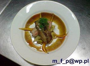 Polędwica jagnięca z młodą marchwią i karczochami - ugotuj
