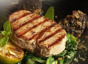 Grillowany stek z tu�czyka ze szpinakiem duszonym w bia�ym winie - ugotuj