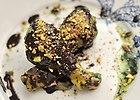 N�ki kurczaka w mi�towo-czekoladowym sosie z nutk� chilli i pistacjami