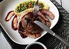 Przepis blogera - Marynowane steki wo�owe z sosem BBQ, puree z ziemniak�w, zielonym groszkiem i pomidorami: