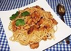 Spaghetti  z mulami w sosie winno pomidorowym