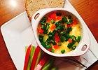 Jajka w kokilkach z szynk�, pomidorem, papryk� oraz podsma�on� cebul� pod przykryciem sera