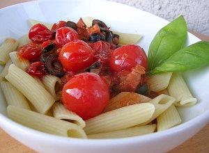 Makaron (penne) pikantny z pomidorkami i boczkiem