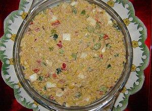 sałatka z żółtym ryżem, tuńczykiem  i orzechami - ugotuj