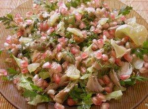 Sałatka z makrelą wędzoną i granatem - ugotuj