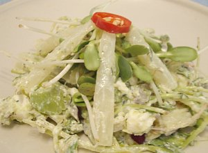 Sałatka z białymi szparagami, bobem, kiełkami słonecznika i fetą - ugotuj