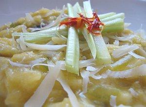 Szafranowe risotto z pieczarkami i selerem naciowym