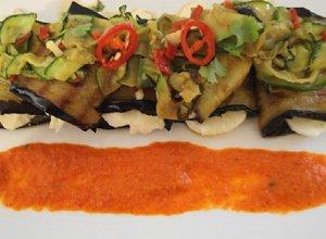 Serowe roladki bak�a�anowe z pikantn� sa�atk� z wst��ek cukinii i puree paprykowym
