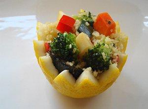 Kolorowa sałatka z kaszy kuskus w cytrynowych skorupkach - ugotuj