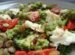 Broku�owe pesto na sa�atce z zielonej soczewicy, mozzarelli i pomidork�w