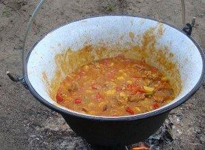 Węgierski gulasz z kociołka - ugotuj