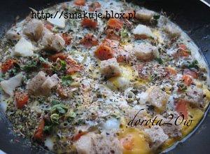 Omlet z marchewk�, kie�kami i chlebem na zakwasie