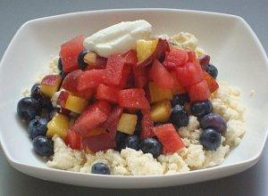 Twaro�ek z soczystymi owocami lata i jogurtem greckim