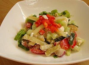 Kolorowa sa�atka z grillowanej cukinii i fasolki szparagowej z fet�