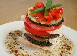 Wie�yczki z fet� przek�adane grillowan� cukini� i pomidorem