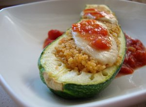 Cukiniowe łódeczki z kuskusem na pomidorach - ugotuj
