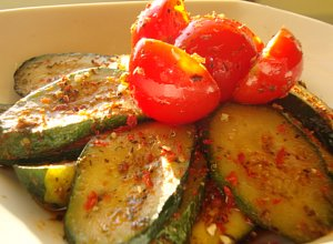 Aromatyczna cukinia z pomidorkami - ugotuj