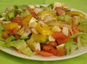 Letnia sa�atka warzywna z kurczakiem - ugotuj