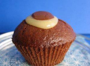 Twar�g z dodatkiem szafranu w czekoladowym muffinie