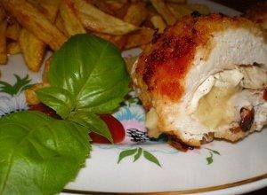 Kurczak nadziewany camembertem i suszonymi pomidorami
