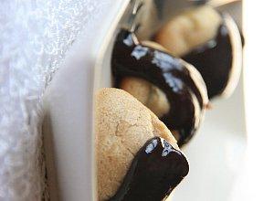 Cynamonowe ptysie z musem jab�kowym w gor�cej czekoladzie