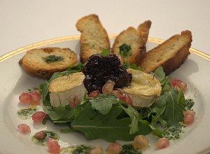 Zapiekany kozi ser na rukoli z konfitur� z czerwonej cebuli