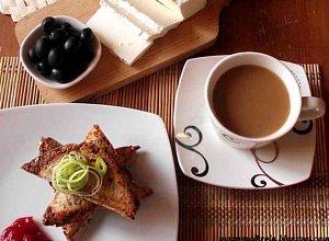 Pełnoziarniste tosty z serem feta, szynką, porem i czarnymi oliwkami - ugotuj