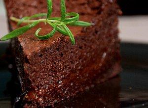 Ciasto czekoladowe z morelami i rozmarynem