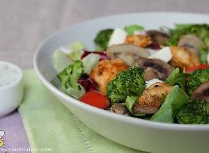 Sałatka z kurczakiem i brokułami - przepis blogera