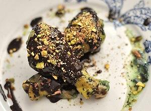 Nóżki kurczaka w miętowo-czekoladowym sosie z nutką chilli i pistacjami - ugotuj