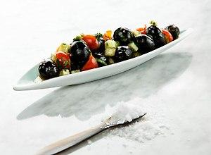 Hiszpańskie Czarne Oliwki z ogórkiem i pomidorkami koktajlowymi - ugotuj