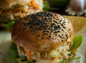 Orientalne  burgery z kurczaka, z lekką surówką z marchwi i ogórka oraz pikantnym sosem z orzechów ziemnych. - ugotuj
