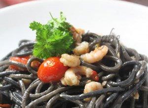 Czarne spaghetti z krewetkami i �ososiem - ugotuj