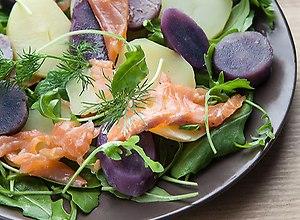 sa�atka z fioletowych ziemniak�w  truflowych  z �ososiem - ugotuj