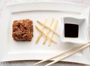 Tatar z łososia z marynowaną dymką, papryczką chili i szparagami - ugotuj