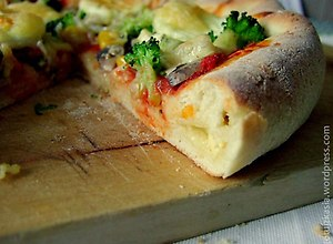 Pizza z serem w rantach - przepis bloggera