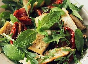 Sałatka z kurczakiem, suszonymi pomidorami, ciabattą i miętą - ugotuj