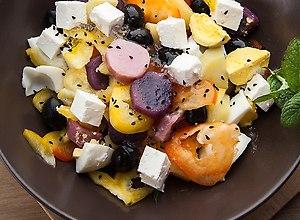 Sa�atka z kolorowych ziemniak�w z czarnuszk� i kozim serem