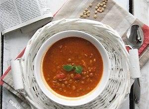 Zupa pomidorowa z soczewicą i masłem orzechowym - przepis blogera