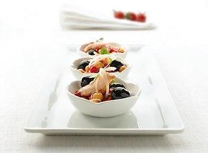 Sa�atka z ciecierzycy, papryki i tu�czyka w towarzystwie czarnych hiszpa�skich oliwek - ugotuj