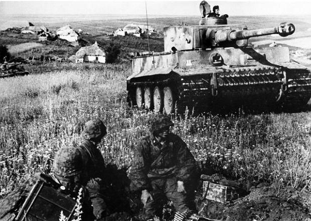 http://bi.gazeta.pl/im/00/1f/d9/z14229248Q,Czolg-ciezki-Tiger-i-grenadierzy-pancerni-z-dywizj.jpg
