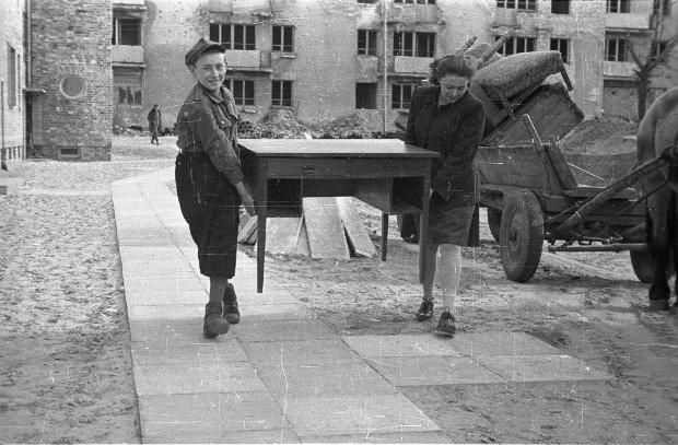 Zdjęcie z kwietnia 1947 roku. Nowi lokatorzy wprowadzają się do jednego z bloków XI Kolonii Warszawskiej Spółdzielni Mieszkaniowej. Na zdjęciu widzimy przenoszenie mebli z furmanki do mieszkania.