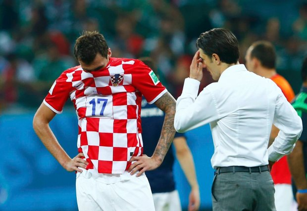 Croatia's coach Niko Kovac speaks with player Mario Mandzukic after being defeated by Mexico in their 2014 World Cup Group A soccer match at the Pernambuco Arena in Recife June 23, 2014. REUTERS/Eddie Keogh (BRAZIL  - Tags: SOCCER SPORT WORLD CUP)