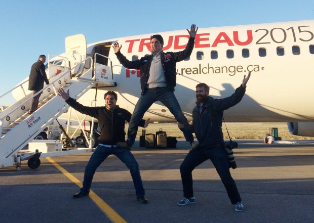 Justin Trudeau wygłupia się z członkami swojego sztabu wyborczego w Montrealu.