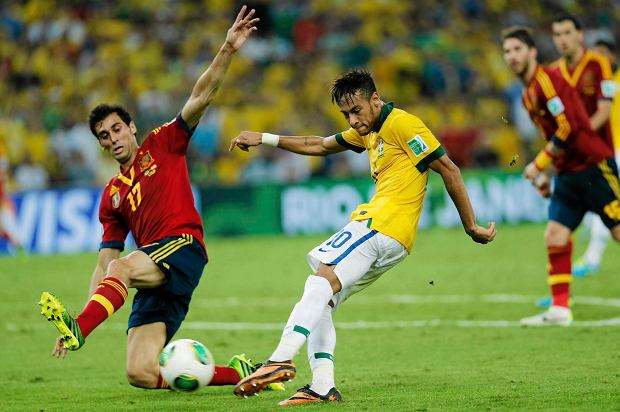 Brazil's Neymar, right, scores his side's 2nd goal past Spain's Alvaro Arbeloa during the soccer Confederations Cup final between Brazil and Spain at the Maracana stadium in Rio de Janeiro, Brazil, Sunday, June 30, 2013. (AP Photo/Victor R. Caivano)