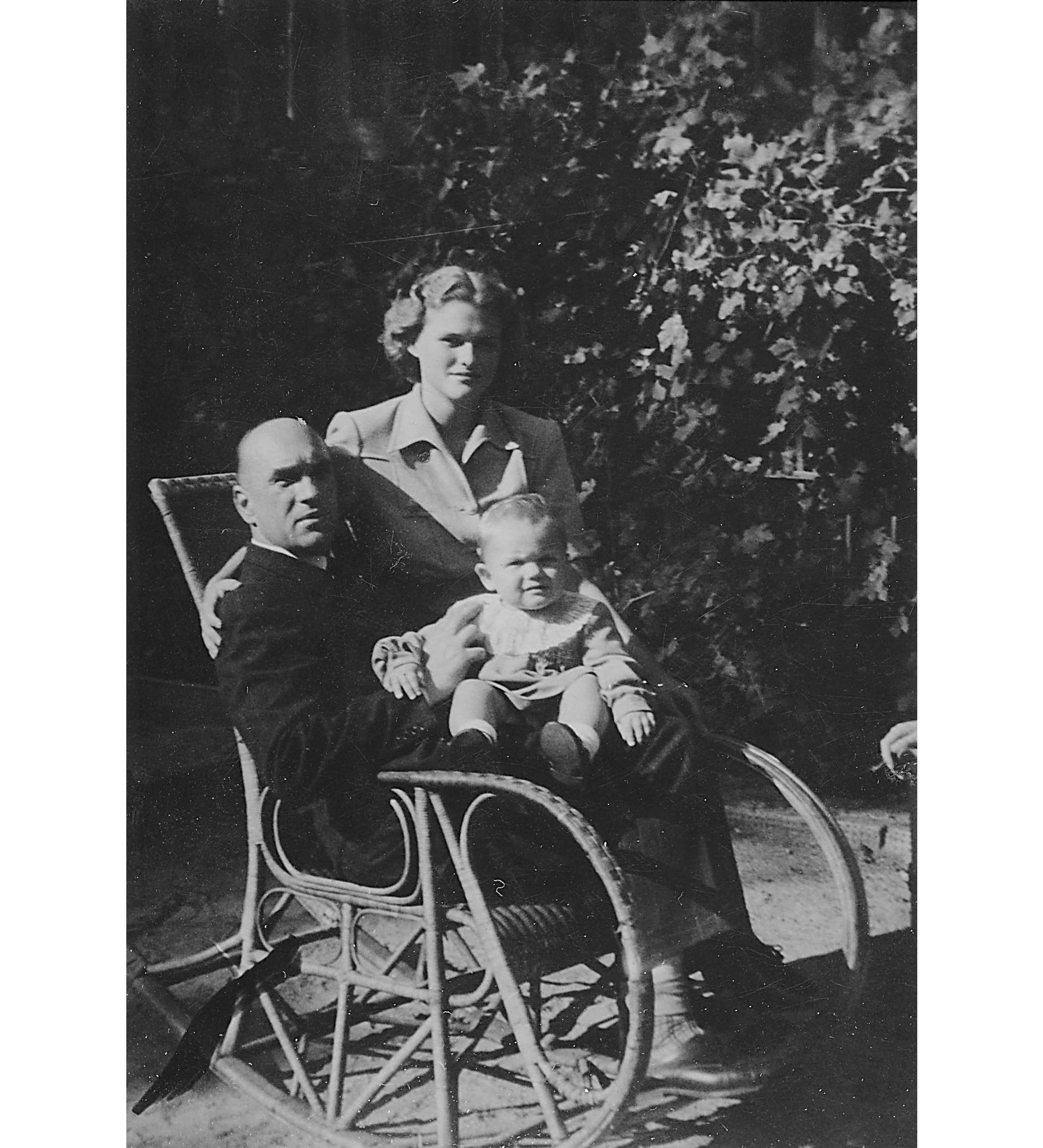 Jarosław i Teresa z małym Maćkiem Włodkiem, lato 1945 (fot. archiwum rodzinne)