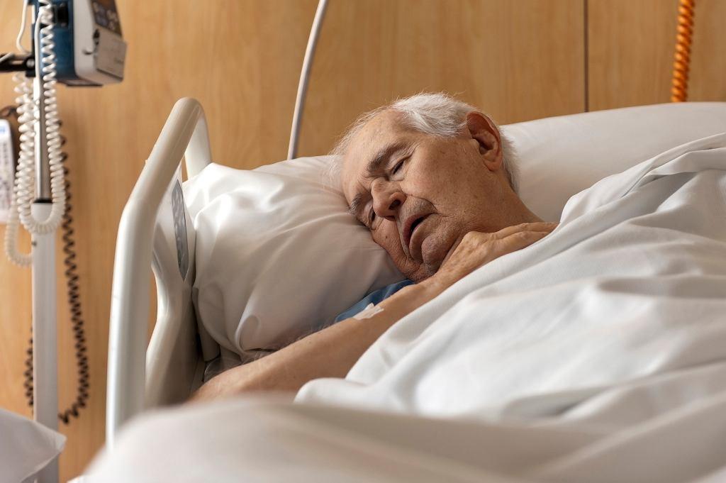 Część pacjentów sama decyduje się spędzić święta w szpitala obawiając się samotności lub złego traktowania przez bliskich w domu (fot. Syldavia / iStockphoto.pl)