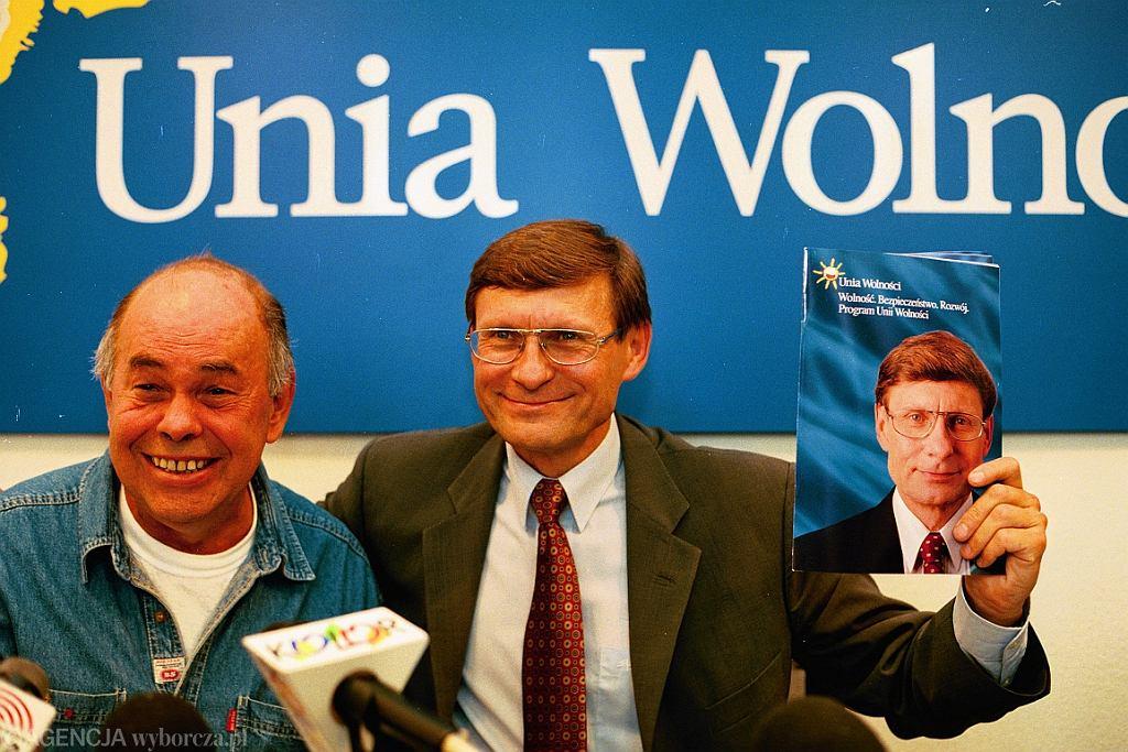 Jacek Kuroń i Leszek Balcerowicz na konferencji prasowej Unii Wolnosci (fot. Sławomir Kamiński/AG)