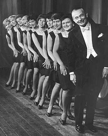 Mieczysław Fogg wraz z zespołem tancerek na statku MS Batory