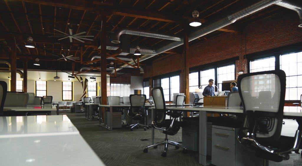 Coworking cieszy się w Polsce coraz większą popularnością. Freelancerzy doceniają możliwość wynajęcia biurka (fot. pixabay / Eric Bailey)